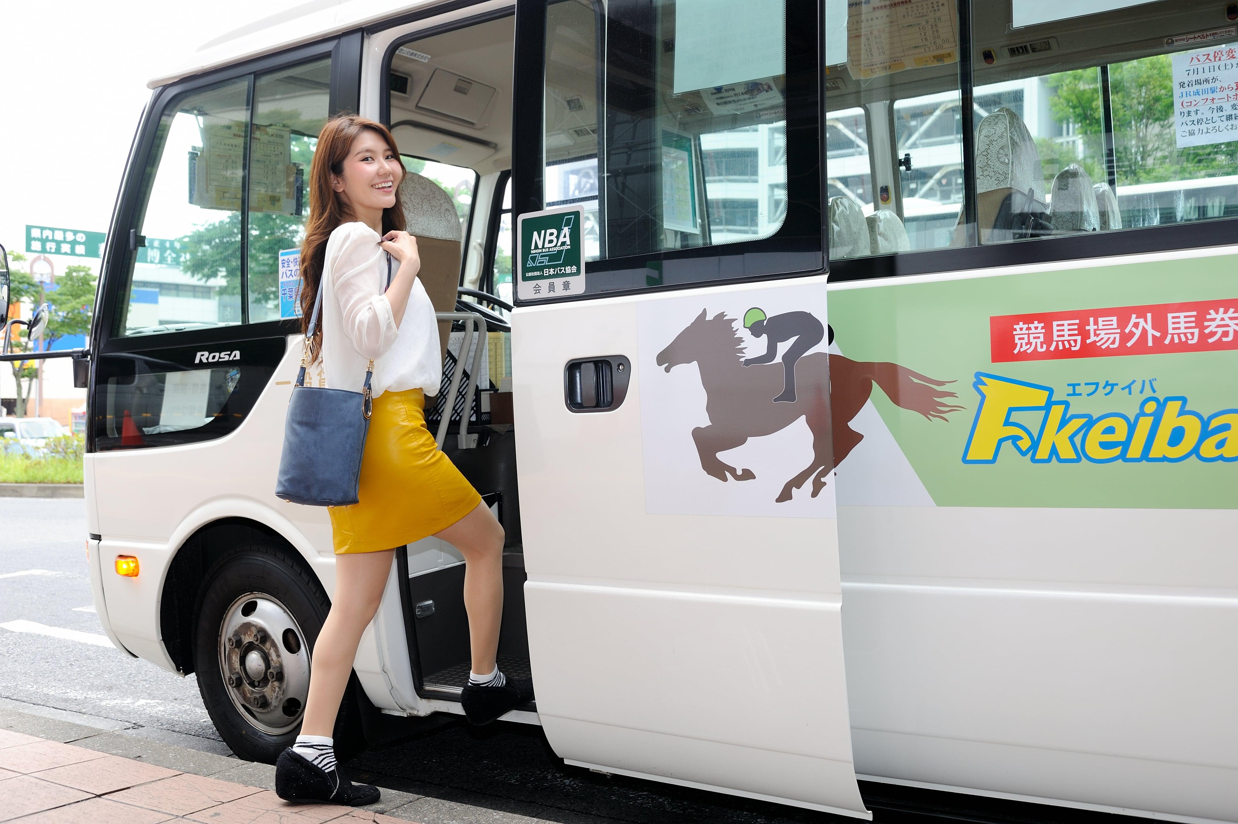 サテライト成田の無料送迎バスに乗り込む女性の写真
